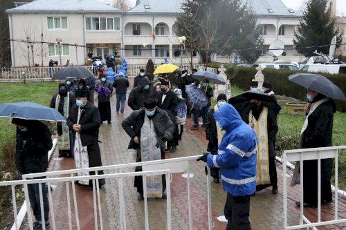 Zeci de maşini cu credincioși sosiți la Peştera Sfântului Apostol Andrei