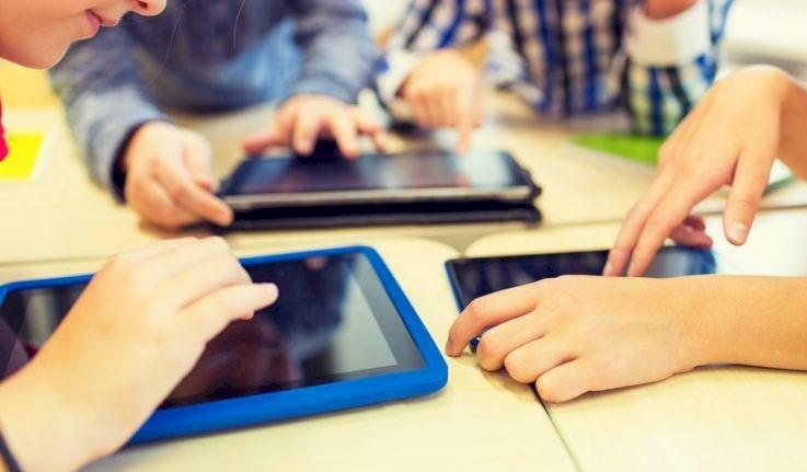 Guvernul va utiliza Fondul de rezervă pentru achiziţia de tablete pentru elevi