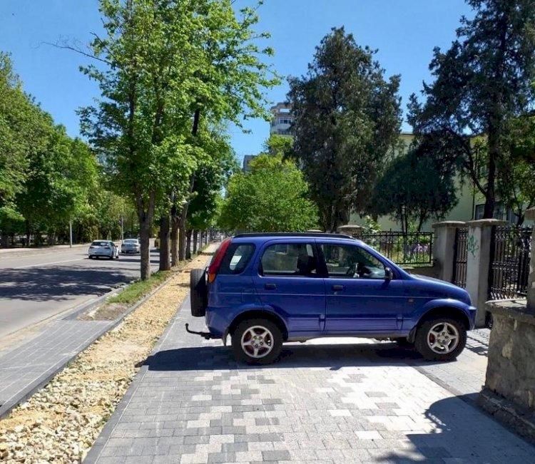 Nesimțire fără limite la Constanța! Un autoturism a fost parcat pe trotuarul proaspăt reabilitat