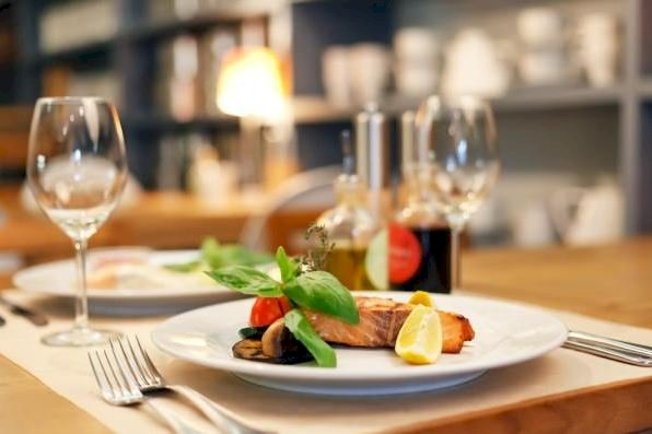 Patronatul Hotelierilor şi Restaurantelor solicită Guvernului redeschiderea urgentă a restaurantelor la interior