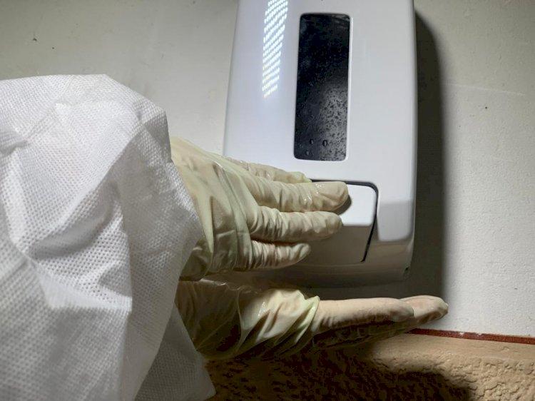 Primăria Constanța a început distribuirea dispenserelor cu dezinfectant pentru mâini în scările de bloc