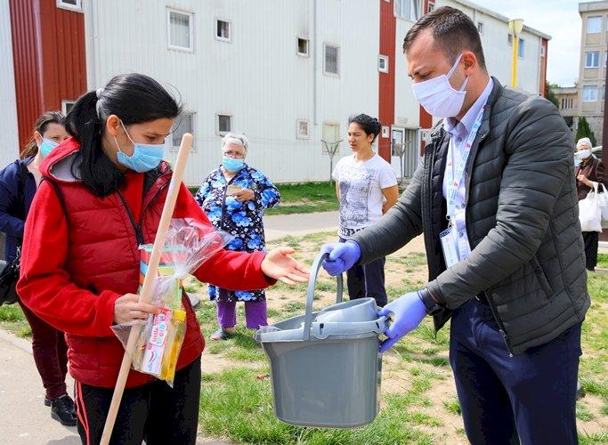 Timp de trei ani, locuitorii din cartierul Henri Coandă primesc gratuit kituri de igienă