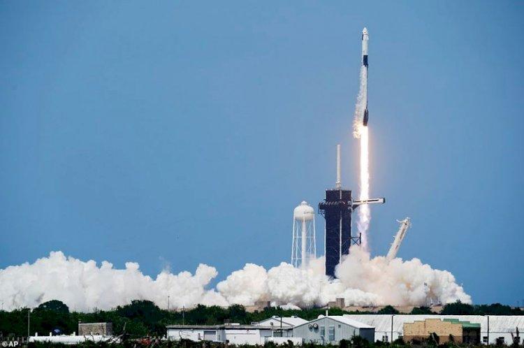 Foto: NASA şi SpaceX au lansat cu succes Crew Dragon către Staţia Spaţială Internaţională