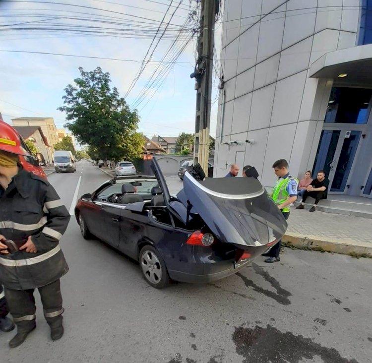 O femeie și-a prins capul între haion și sistemul de decapotare al autoturismului. Femeia este intubată
