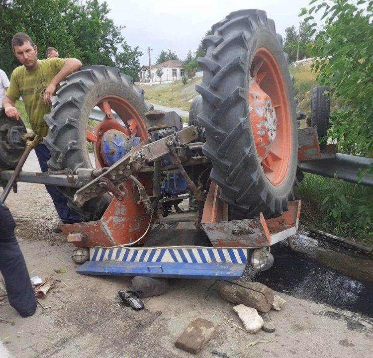 Bărbat de 36 de ani prins sub un tractor răsturnat în Tichilești