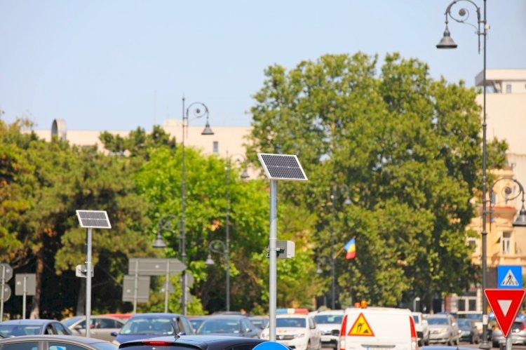 Stâlpi de iluminat solar echipați cu panouri fotovoltaice montați în zona Poarta 2 din Constanța