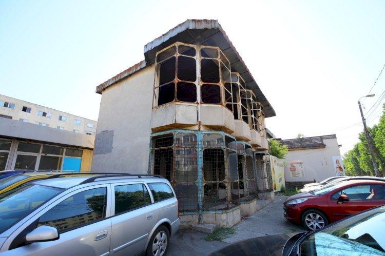 O clădire abandonată și insalubră din zona pieței agroalimentare din cartierul KM 4-5 va fi demolată