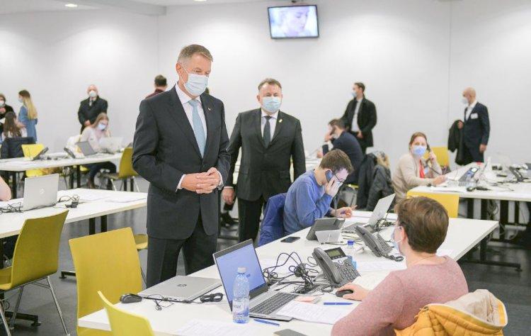 Iohannis, vizită la Call center-ul DSP Bucureşti: Toţi voluntarii sunt foarte bine pregătiţi
