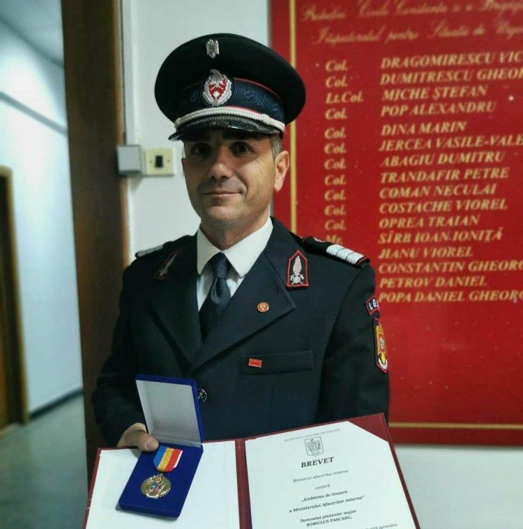 Pompierul cu suflet de artist, Romulus Pascaru, a primit Emblema de Onoare a Ministerului Afacerilor Interne