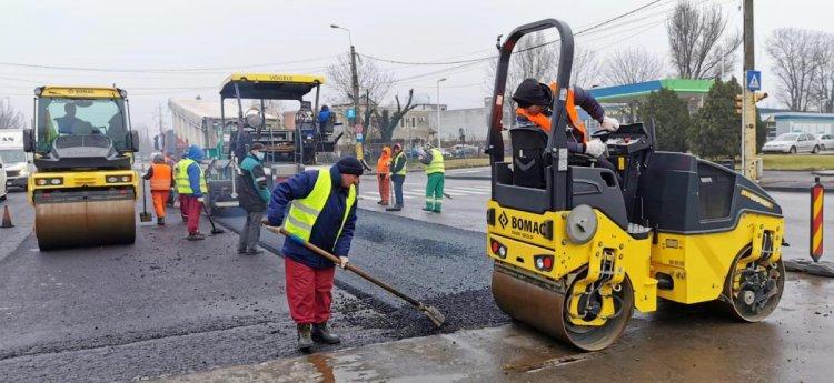 Se asfaltează carosabilul pe strada Industrială, la intersecția cu bulevardul Aurel Vlaicu