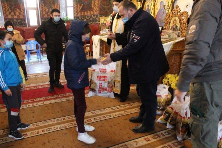 Asociația Militarilor Veterani AMVVD, Sucursala Constanța au împărţit cadouri copiilor nevoiaşi din Rasova