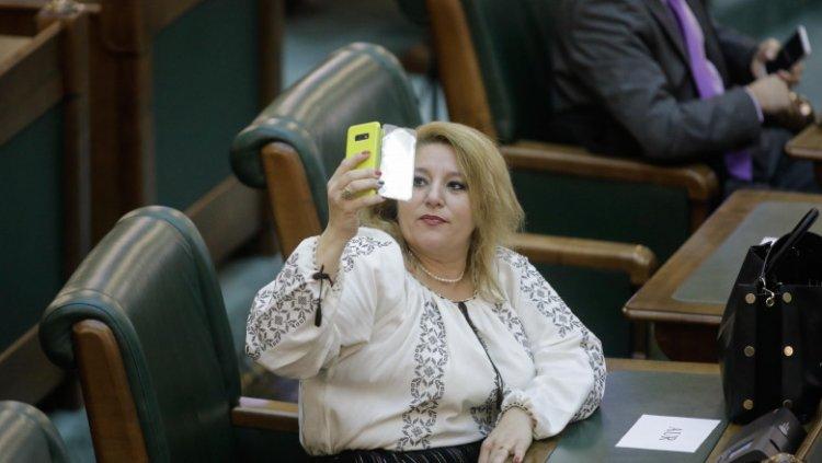 Diana Șoșoacă, prima zi la Senat: Dacă cineva a spus că am venit în groapa cu lei s-a înșelat. Am venit în groapa cu hiene
