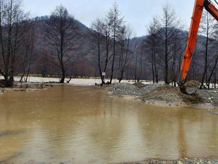 Echipele Apelor Române intervin în urma viiturilor și a inundațiilor pe râurile Motru și Lotru