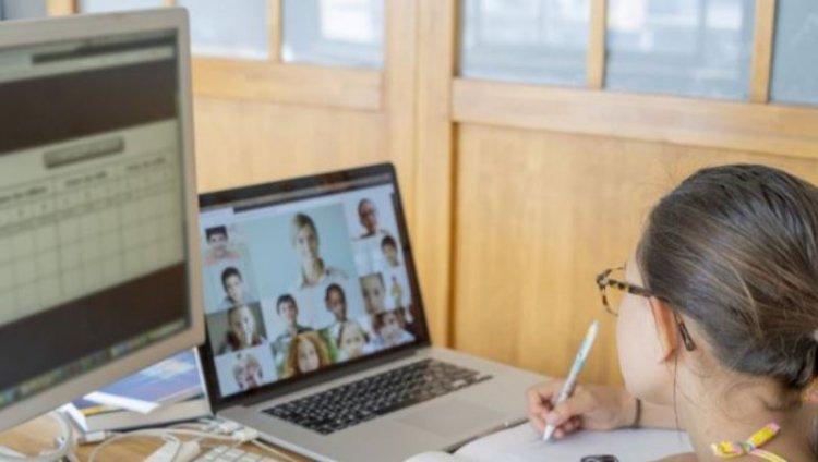 Elevii reîncep luni cursurile online