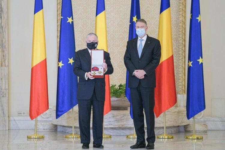 Iohannis l-a decorat pe ambasadorul SUA şi a salutat numărul mare de trupe americane din România