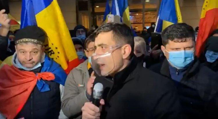 Simion: Preşedintele acestei republici este plecat la schi. Își bat joc de tot ce înseamnă România