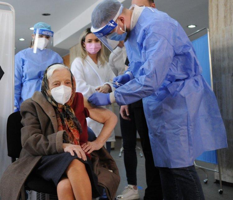 O femeie în vârstă de 104 ani s-a vaccinat anti-Covid în București