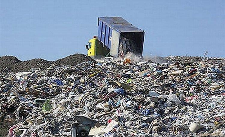 Coșciug găsit la groapa de gunoi. Brățara de identificare a cadavrului, găsită în sicriu