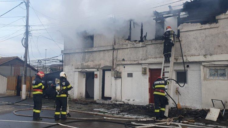 Pompierii au scos din flăcări un bărbat şi o femeie, unde au luat foc două imobile în KM 4-5 din Constanța