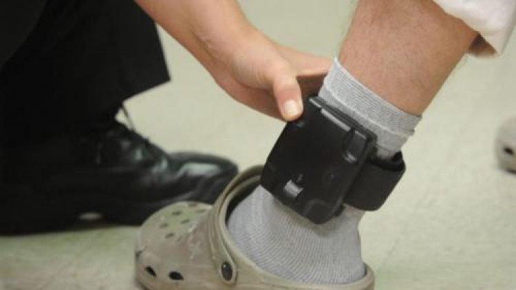 Agresorii vor purta brățări electronice care le vor monitoriza mișcările prin GPS