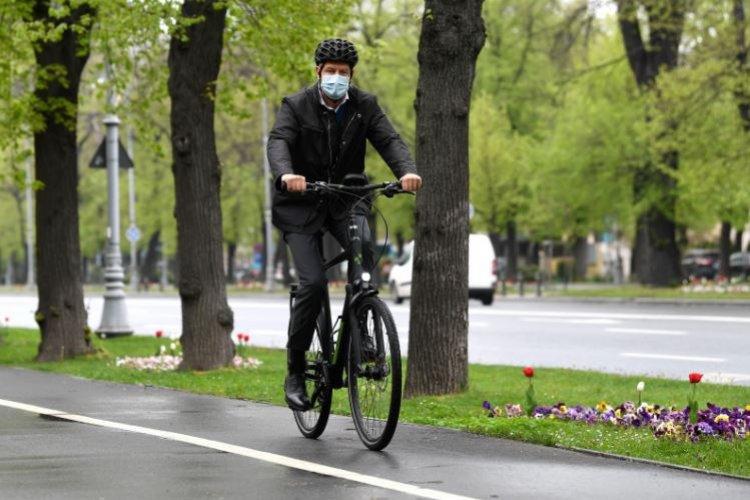 Iohannis a ajuns cu bicicleta la Cotroceni: E sănătos, te miști mult mai ușor în trafic.