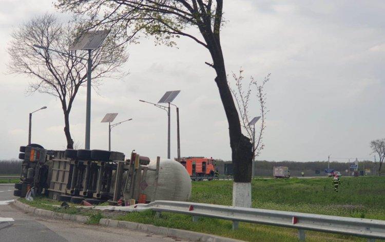O autocisternă încărcată cu GPL s-a răsturnat în localitatea Mihail Kogălniceanu