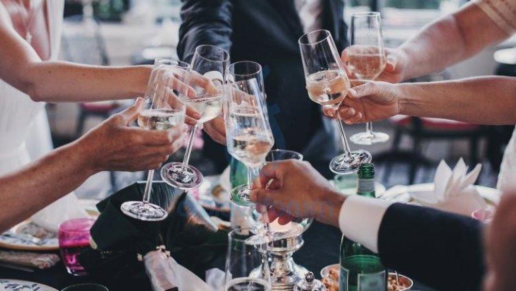 Starea de alertă va fi prelungită cu încă 30 de zile. 200 de persoane pot participa la nunţi şi botezuri, în interior