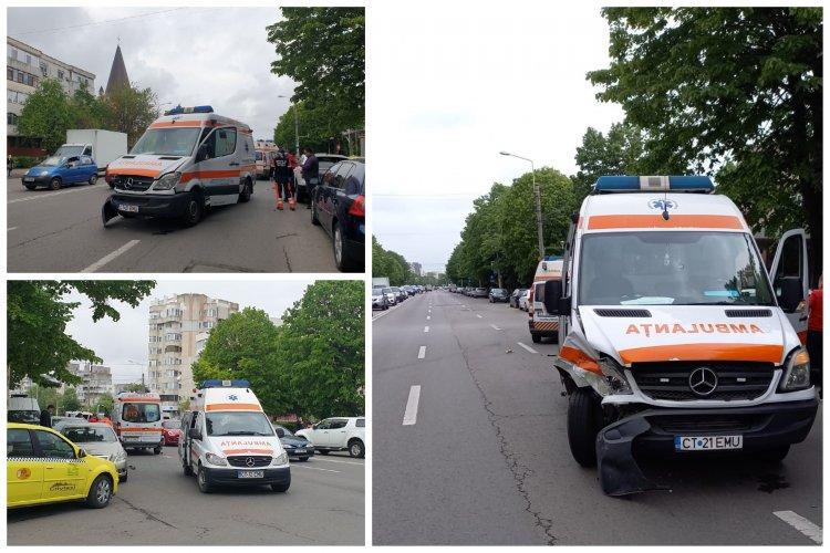 O ambulanţă aflată în misiune a fost lovită de un taxi, în zona Tomis III din Constanța