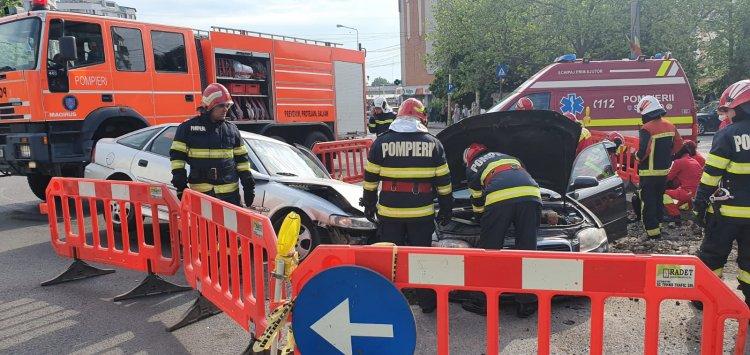 Două autoturisme au căzut într-o groapă săpată pentru remedierea unei avarii