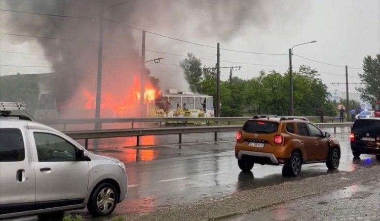 Un tramvai lovit de fulger a luat foc în mers