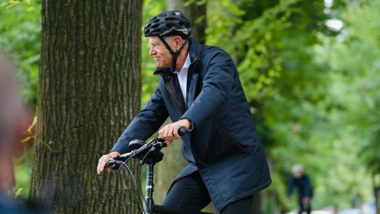 Iohannis: Bicicliștii împart banda cu automobiliști. Cei mai vulnerabili sunt pietonii şi bicicliştii.