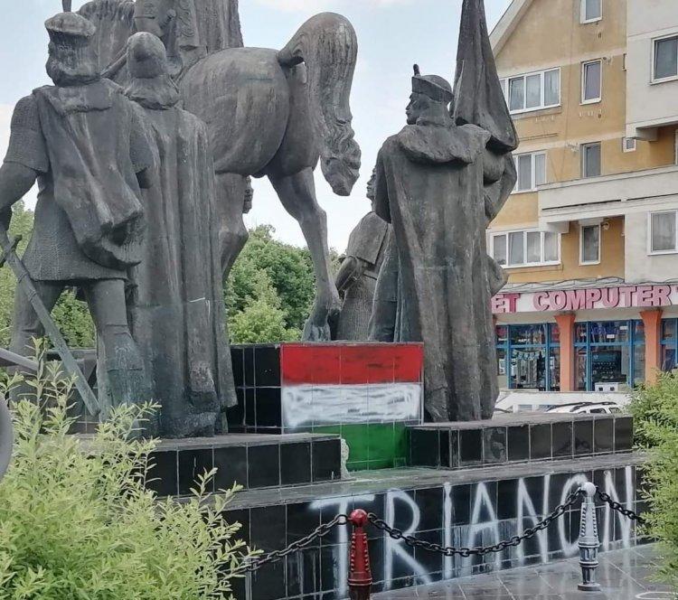 Statuia lui Mihai Viteazul din Sfântu Gheorghe, vopsită în culorile Ungariei