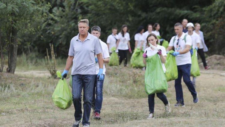 Iohannis: Trebuie să acceptăm cu toţii că marginea drumului nu este groapă de gunoi; nu este suficient să ne enervăm