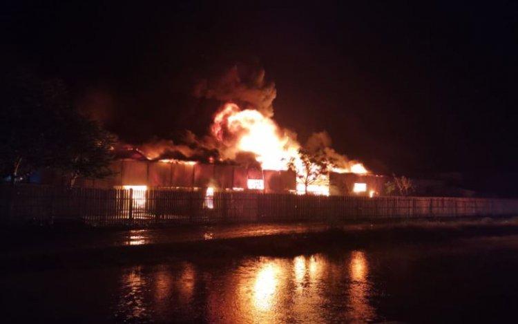 Incendiu puternic la un depozit de mase plastice din Bârlad
