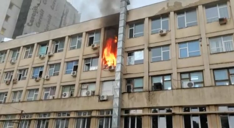 Incendiu la Spitalul de copii din Iaşi. Focul arde cu flacără puternică.