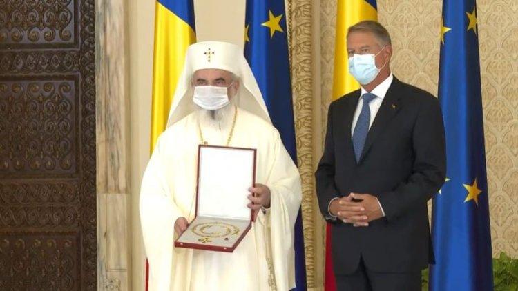 Patriarhul Daniel, decorat de Klaus Iohannis: Vă felicit pentru exemplul de echilibru și înțelepciune